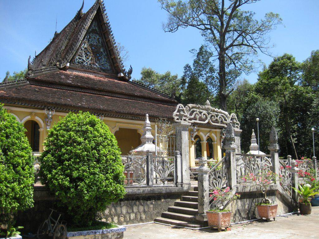Chùa Âng (វត្តអង្គ) tại thành phố Preah Tropeang (Trà Vinh) được xây dựng vào năm 990.